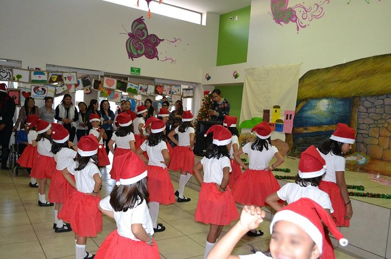 Los menores pasaron una tarde de diversión donde rompieron piñatas, disfrutaron de diversos antojitos mexicanos en la kermés y recibieron su aguinaldo de dulces