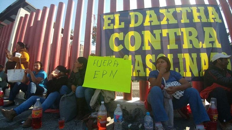 """Alrededor de las 14 horas, una decena de camiones con la pinta en sus parabrisas: """"Aguas Negras, Actopan"""" comenzaron a bloquear la calle Emiliano Zapata, que conecta con el acceso uno del recinto legislativo"""
