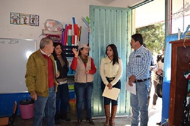 La titular del IIFEEM se trasladó a la Primaria Rural Federal de la localidad de Pateo, donde serán sustituidas aulas con infraestructura precaria y se realizará la rehabilitación general del plantel en beneficio de 300 estudiantes