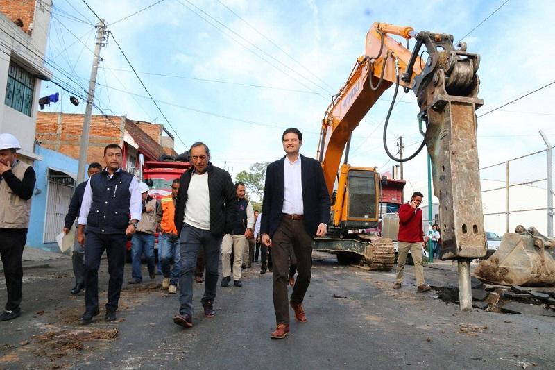 La repavimentación de la calle Iretiticateme es una obra integral en la que además de la colocación del concreto hidráulico, se remozarán las banquetas, construirá el drenaje sanitario y de agua potable, así como el cambio de luminarias