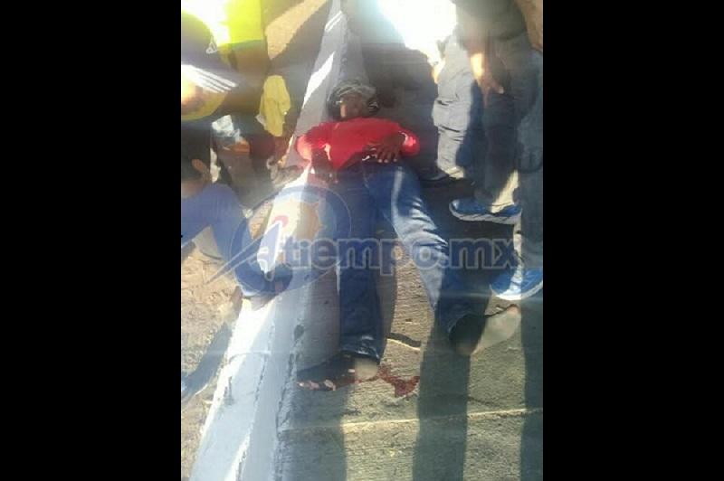 La víctima es atendida por paramédicos y Grupo Tigre de seguridad privada, pero parece tener lesiones de consideración (FOTOS: FRANCISCO ALBERTO SOTOMAYOR)