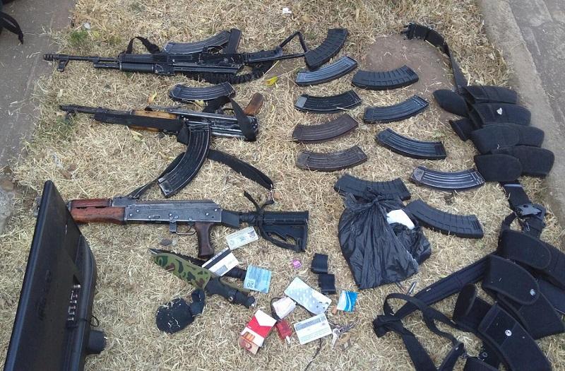 En esta acción Daniela V., Rogelio G., Ramón V., y Nazario V., fueron puestos a disposición de la autoridad competente para responder por los delitos contra la Ley Federal de Armas de Fuego y Explosivos, y los que resulten