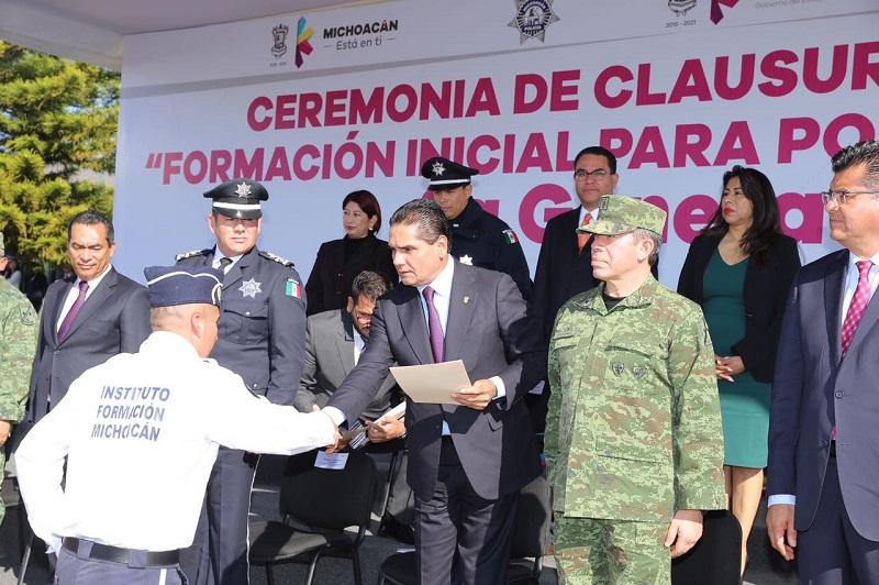 En las instalaciones del IEESSPP y ante los familiares de los cadetes, Silvano Aureoles manifestó que a partir de hoy los nuevos policías deberán entregar lo mejor de ellos en beneficio de Michoacán
