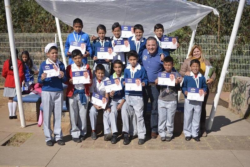 Quintana Martínez, originario de Morelia, entregó diplomas y reconoció el compromiso de los niños y sus familias para trabajar en equipo y hacer del torneo de fútbol un espacio de sana convivencia entre morelianos