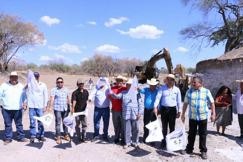 Elías Ibarra subrayó que estas acciones son posibles gracias a la ayuda y gestión del delegado federal de CONAGUA en Michoacán, Oswaldo Rodríguez, y del gobernador Silvano Aureoles, quienes lograron rescatar los recursos para que se pudieran realizar estas obras tan importantes
