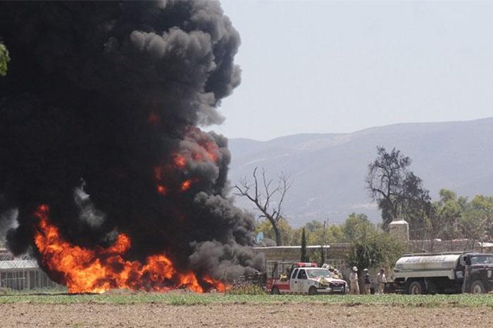Ahí se estaría incendiando una toma clandestina, así como un vehículo que presuntamente se utilizaba para extraer combustible de manera ilegal (FOTO: ARCHIVO)