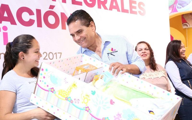 Aureoles Conejo entregó apoyos de los diversos programas sociales como despensas a adultos mayores, cunas para mujeres embarazadas y bastones para personas con discapacidad, entre otros