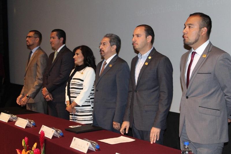 En presencia del diputado federal Marko Cortés, padrino de la generación 2012-2017, así como de la directora de la Facultad, Virginia Hernández, Serna González convocó a seguir fortaleciendo todas las instituciones