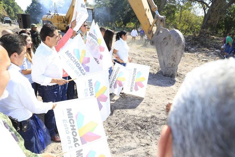 El mandatario estatal reconoce actitud, disciplina y acompañamiento de los habitantes en dicha tenencia de Parácuaro