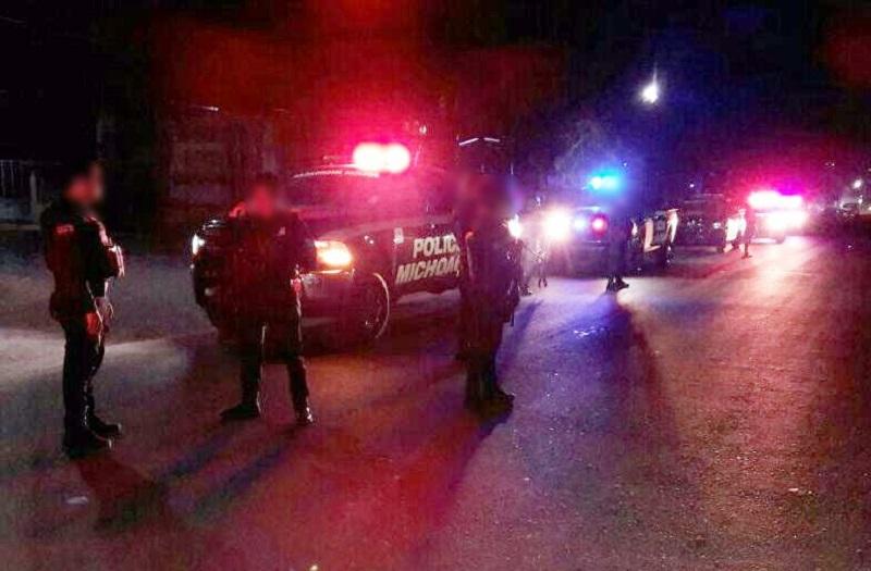 Al arribar al sitio, las fuerzas del orden localizaron tres vehículos que al parecer quedaron en medio del fuego cruzado: una camioneta marca Cherokee, una unidad marca Nissan y otra marca Jeep