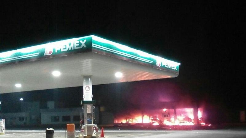 Dichos actos delictivos se cometieron para exigir la liberación de los seis detenidos por agredir a elementos de la Policía Federal y de la Secretaría de Seguridad Pública (SSP) de Michoacán durante el desalojo de la víspera (FOTO: CORTESÍA)
