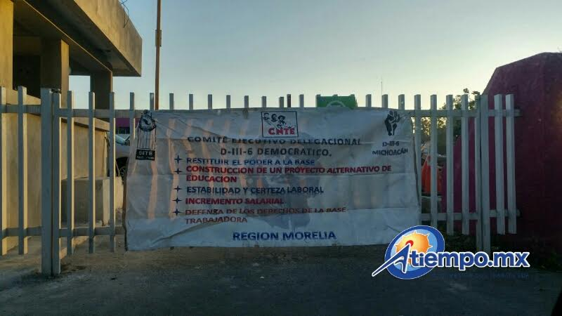 En las instalaciones, ubicadas sobre la Avenida Siervo de la Nación de Morelia, los manifestantes han colocado mantas con sus demandas (FOTOS: FRANCISCO ALBERTO SOTOMAYOR)