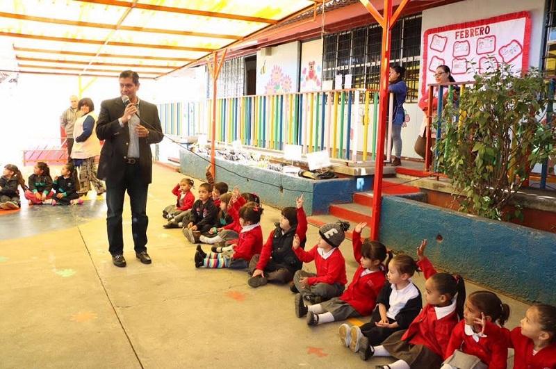Núñez Aguilar realizo una donación de 30 láminas que serán utilizadas para la reconstrucción del patio de actividades físicas