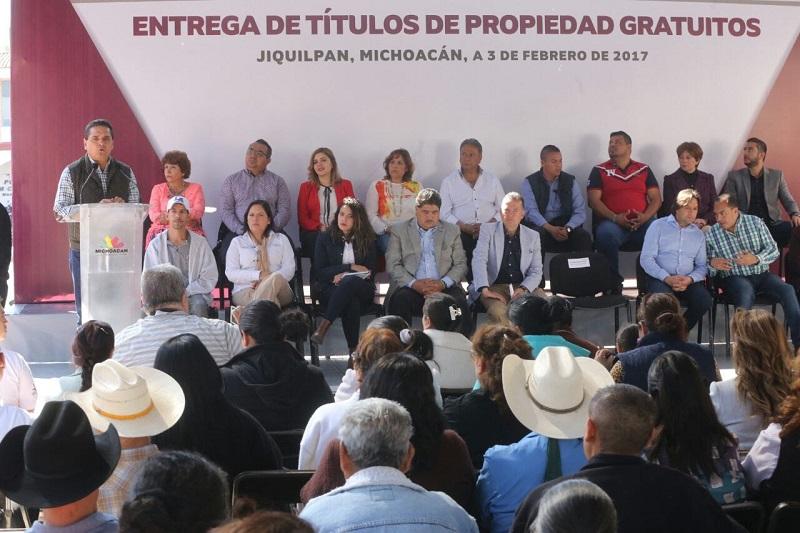 Un total de 200 beneficiarios de los programas Prospera y Liconsa en dicho municipio, recibieron de manos del jefe del Poder Ejecutivo en el Estado los certificados que validan sus estudios de primaria y secundaria