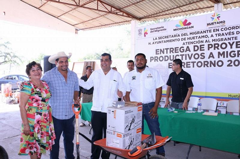 Durante la entrega de recursos, el alcalde resaltó que dichos apoyos se otorgaron en coordinación con la Secretaría del Migrante, la dirección encargada de este sector en el municipio, con la finalidad que tanto los connacionales como sus familias puedan mejorar sus condiciones de vida