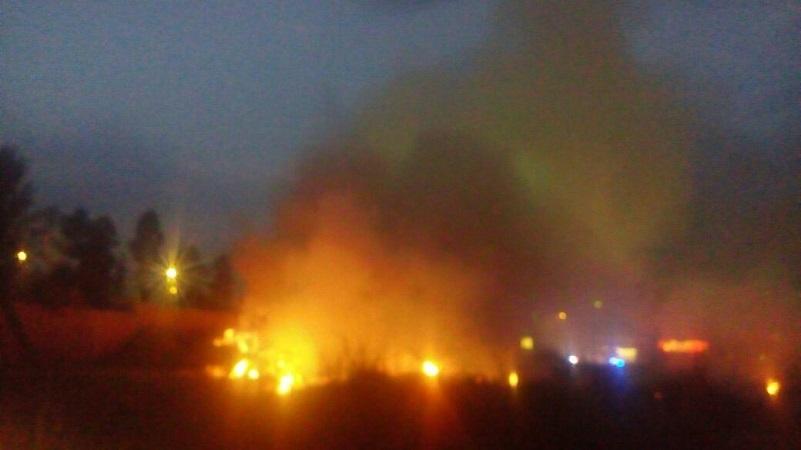 El fuego y el humo eran tan intensos que los cuerpos de rescate y seguridad pública acordonaron la zona para evitar el paso de personas y vehículos por el lugar (FOTOS: MARIO REBOLLAR)