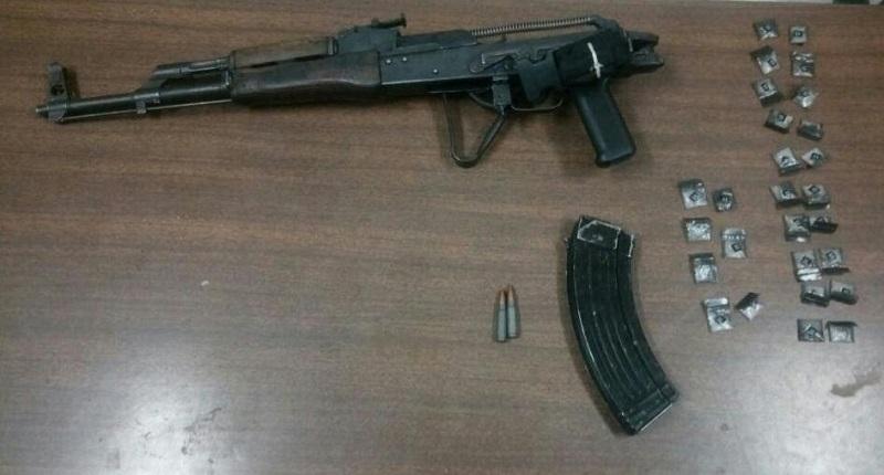 En la acción se decomisó un arma larga tipo AK-47, con un cargador y dos cartuchos útiles, así como 27 envoltorios con sustancia granulada con las características propias de la droga conocida como cristal