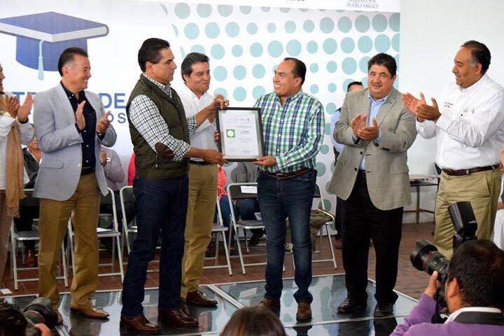 Aureoles Conejo agradeció de manera especial a Gerónimo Color, gerente estatal de LICONSA Michoacán, por la gran labor que realiza para que tanto beneficiarios del Programa de Abasto Social de Leche como trabajadores de LICONSA puedan concluir sus estudios y tener mejores oportunidades