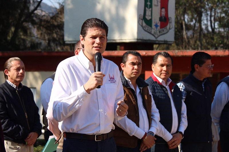 Martínez Alcázar realizó la supervisión por dos centros educativos en los que se construyen aulas y techumbres