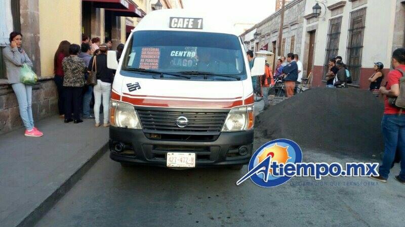 En esa zona se realizan trabajos de rehabilitación de banquetas por parte del Ayuntamiento de Morelia, por lo que muchas personas bajan al arroyo vehicular (FOTOS: MARIO REBOLLAR)