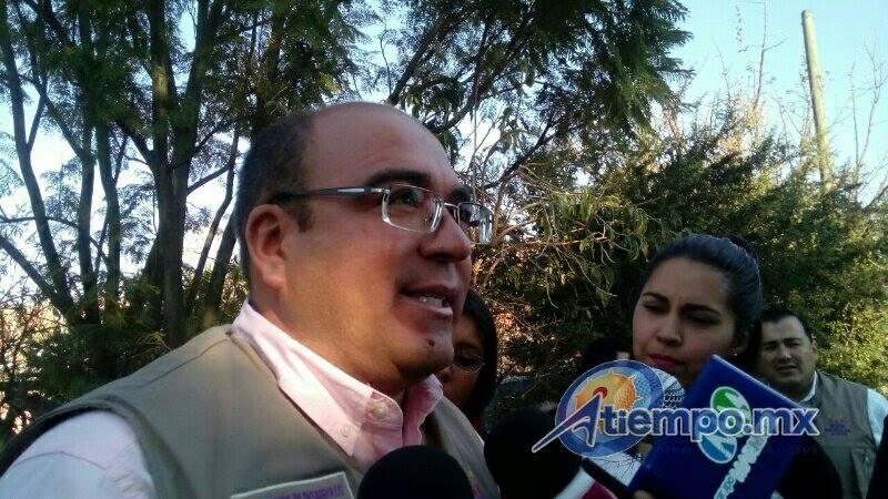 Juan Fernando Sosa señaló que ya se tiene listo todo el equipamiento para la instalación de los puentes peatonales, así como las lámparas y bancas, por lo que en los próximos días serán más notorios los avances (FOTO: MARIO REBOLLAR)