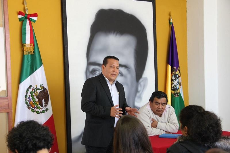 """En conferencia, Francisco López Bárcenas aseguró que la irrupción de los indígenas de los últimos años como actores políticos, """"llegó para quedarse"""", por lo que las políticas públicas deben adecuarse a esa realidad"""