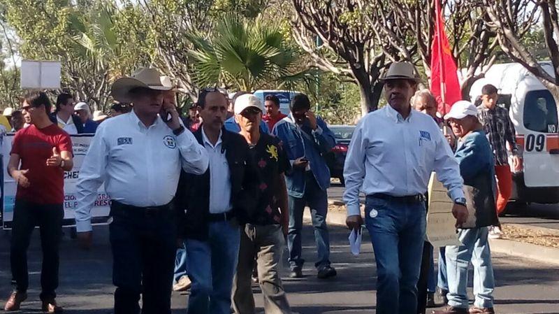 El contingente conformado principalmente por miembros de la Sección VXIII de la CNTE exige el freno al gasolinazo y protesta en contra de las reformas estructurales. Foto: Francisco Alberto Sotomayor