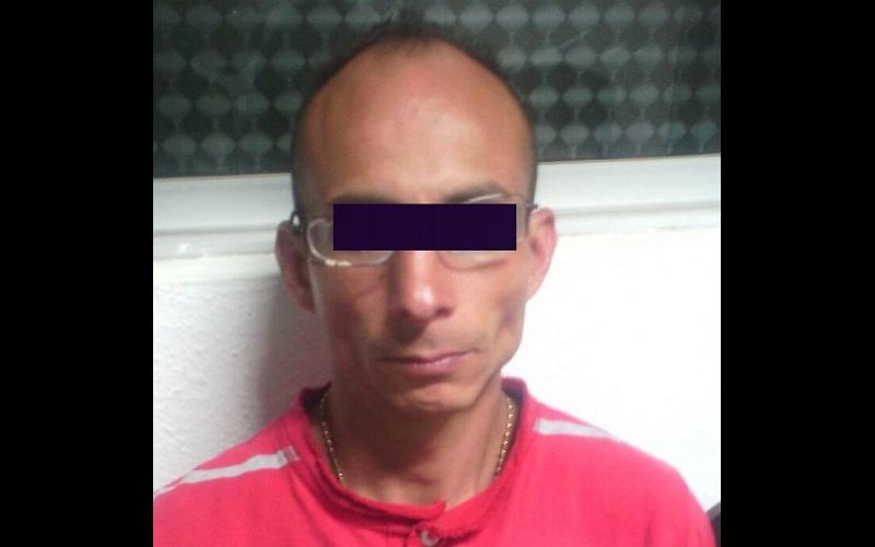 Al hacer la revisión pertinente, los oficiales encontraron un arma de fuego en la chaqueta del individuo, la cual fue asegurada, para posteriormente llevar al presunto delincuente ante el Ministerio Público