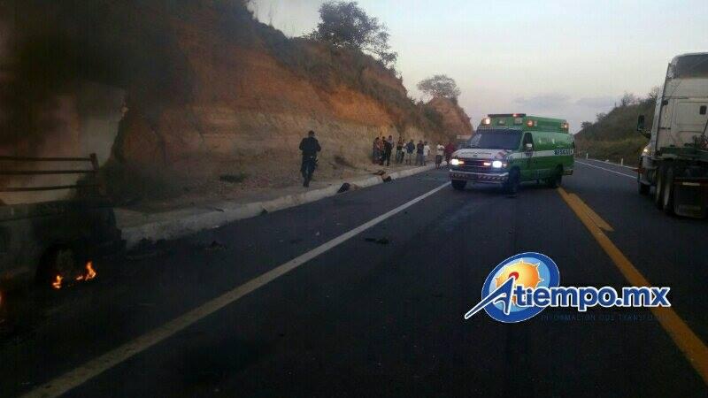 En el lugar quedaron calcinadas la motocicleta y la camioneta que fue impactada de frente, mientras que la otra camioneta sufrió daños menores (FOTOS: FRANCISCO ALBERTO SOTOMAYOR)