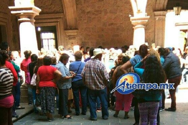 Los manifestantes fueron recibidos por José Aarón López Sánchez, jefe del Departamento de Vinculación con la Sociedad (FOTO: MARIO REBOLLAR)