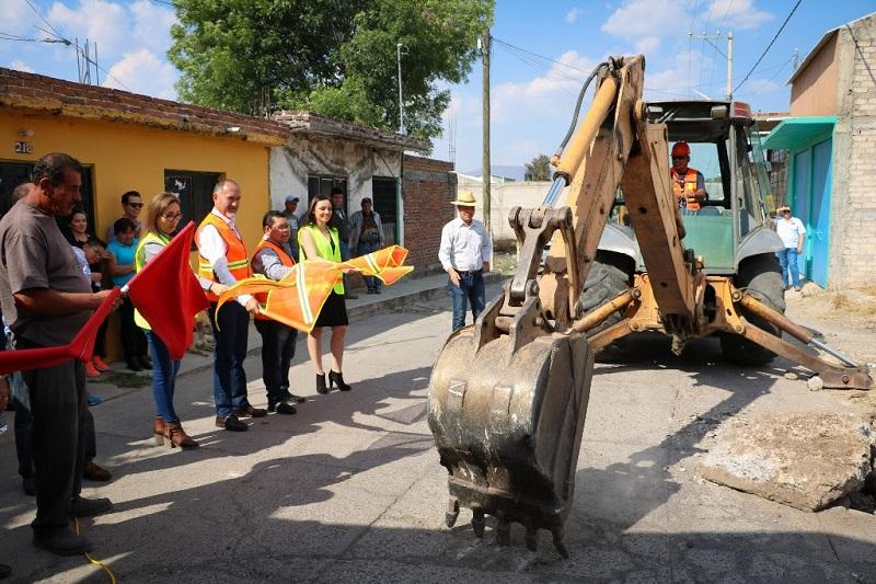 """Domínguez López informó que además, la dependencia a su cargo pavimenta diversas calles de la colonia Antorcha y construyó una techumbre en la Escuela Primaria """"Narciso Mendoza"""" de la comunidad de El Nispo, con la aplicación de un millón 292 mil pesos adicionales"""