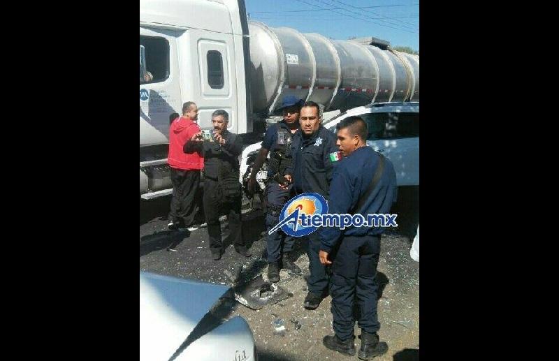 De acuerdo con versiones aún no confirmadas, la pipa era perseguida por fuerzas policiales que le habían hecho el alto en la zona del distribuidor vial de la Salida a Quiroga (FOTO: FRANCISCO ALBERTO SOTOMAYOR)
