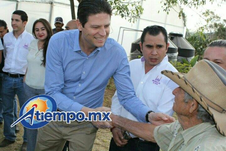 """""""No los vamos a dejar solos"""", afirmó Martínez Alcázar a las familias morelianas que habitan en ambas zonas del municipio, luego de recorrer y conocer de forma directa sus necesidades (FOTO: MARIO REBOLLAR)"""