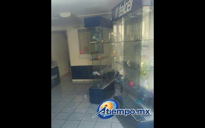Hasta el momento se desconoce el monto de lo sustraído en ambos establecimientos, pero se observa que los ladrones se concentraron principalmente en vaciar el negocio de telefonía celular (FOTOS: FRANCISCO ALBERTO SOTOMAYOR)