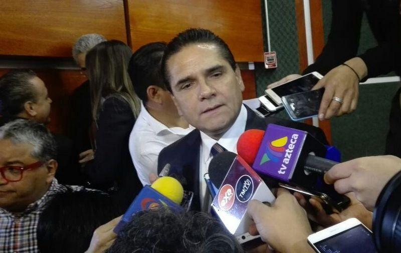 El mandatario michoacano dijo que hay tres ejes en los que se está trabajando a favor de los migrantes, el primero es garantizar su defensa, después apoyarles en obtener su ciudadanía y por ultimo apoyarlos a reincorporarse en la vida social en caso de ser deportados