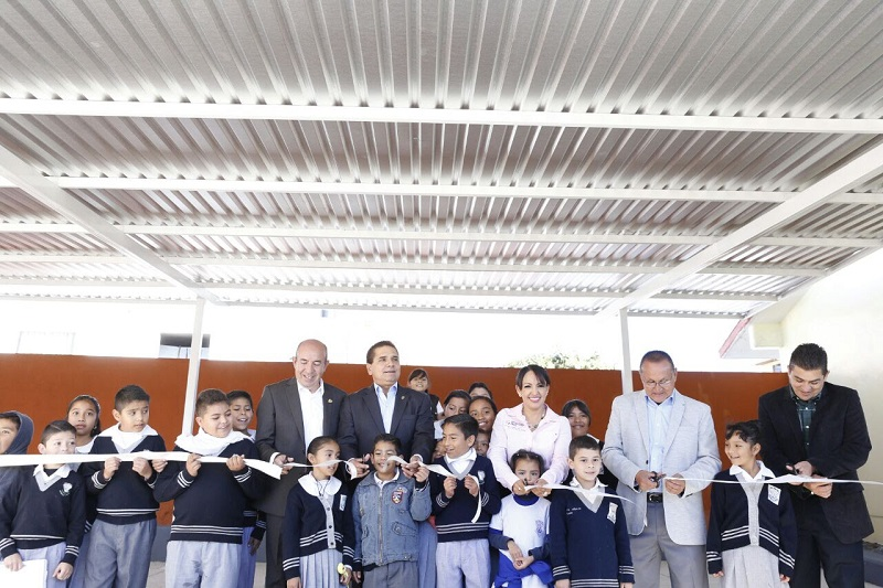 De igual manera, entrega equipo de cómputo y proyectores; todo ello en beneficio de los 322 alumnos del plantel.