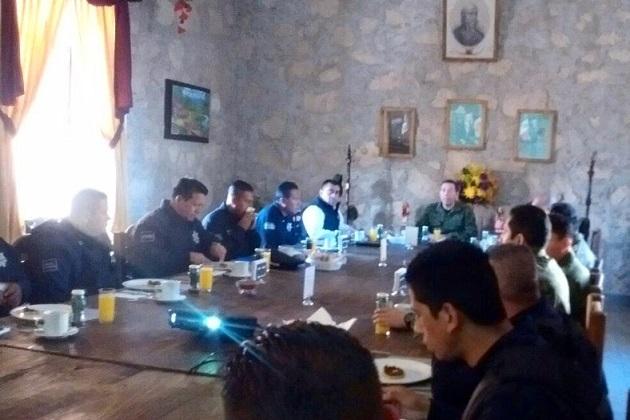 En la reunión se establecieron los mecanismos de comunicación entre las autoridades militares y policiales; a la par, delinearon una estrategia operativa integral y la revisión de avances para garantizar la seguridad de la población