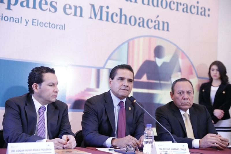 """El gobernador de Michoacán, asistió a la presentación del libro """"La infidelidad ciudadana a la Partidocracia: Elecciones Municipales en Michoacán""""; también comentó el texto el diputado federal, Jesús Zambrano"""