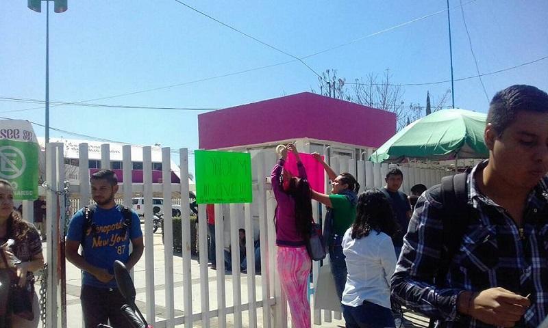 Fue poco antes de las 12:00 horas de este miércoles cuando los normalistas arribaron a las instalaciones centrales de la SEE de Michoacán (FOTO: CORTESÍA)