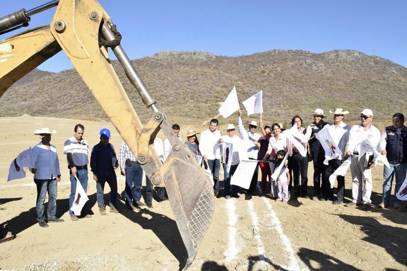 Al poner en marcha la construcción de un kínder y de la primaria en la comunidad de El Chihuero, el alcalde de Huetamo, agradeció a la directora del IIFEEM, María Guadalupe Díaz Chagolla, por dichas acciones