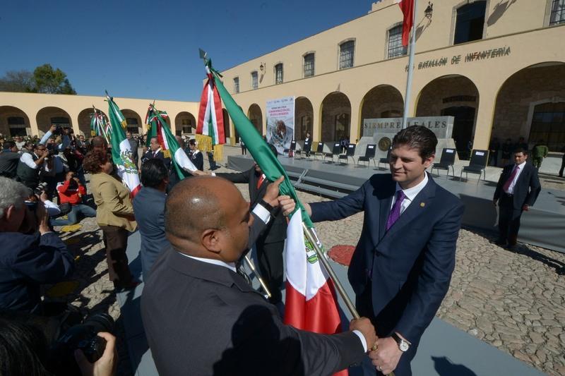 Al finalizar el acto protocolario, las autoridades presentes realizaron el abanderamiento simbólico de las escoltas presentes pertenecientes a 45 primarias y secundarias de la Capital Michoacana