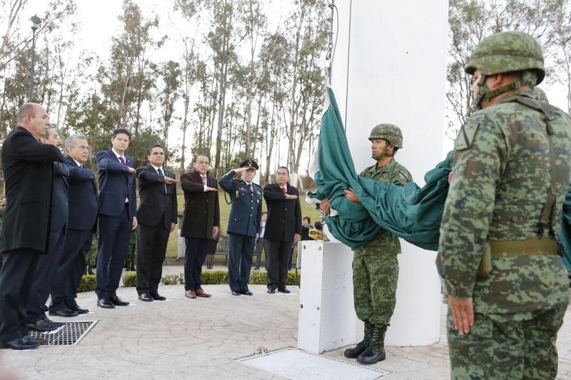 Rendir homenaje a los símbolos patrios y enaltecer los valores cívicos de identidad nacional,son necesarios ante las diversas amenazas que actores externos realizan en contra de México, ha sido el llamado del mandatario estatal