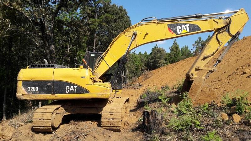 Este tractor, propiedad del ayuntamiento, se utilizó para deforestar el bosque, abrir caminos y hacer perforaciones para instalar ollas de agua; se conoció que un director municipal aparentemente está renta la maquinaria, ello sin que el presidente sepa de su actuación
