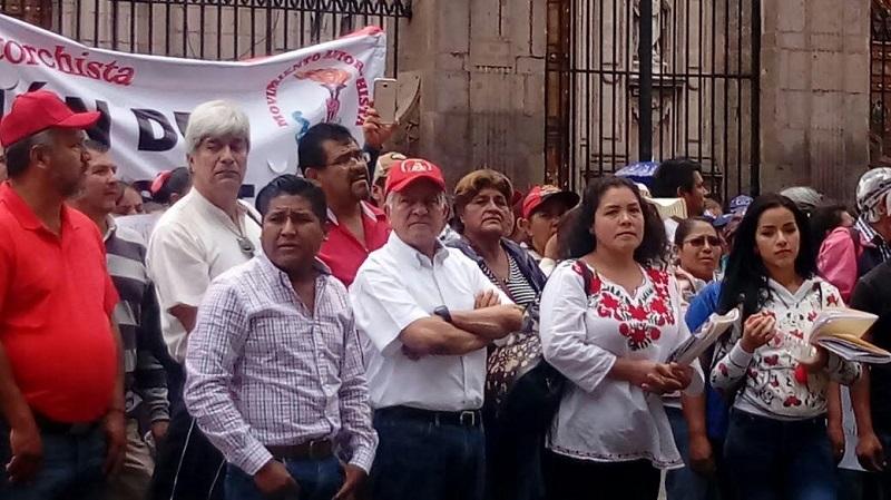 En su trayecto, los manifestantes se detuvieron frente al Palacio Legislativo, donde una comisión fue recibida por diputados; más tarde realizaron un mitin frente a Palacio de Gobierno