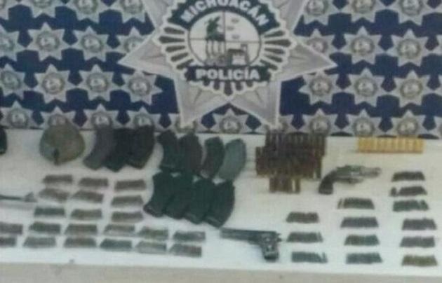 En las últimas horas, el personal militar y policial logró un nuevo aseguramiento de armas y equipo táctico que presuntamente tenían en su poder integrantes de células delincuenciales