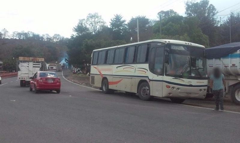 Elementos policiales también fueron movilizados para replegar a un grupo de estudiantes de la Escuela Normal Indígena de Michoacán que mantenían un bloqueo en el kilómetro 18 de la carretera federal 37 para exigir plazas automáticas para egresados