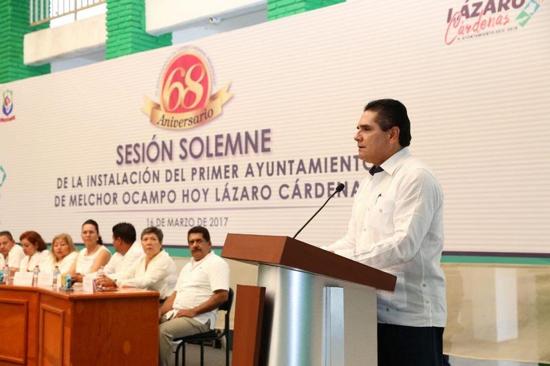 En esta ceremonia, el secretario del Ayuntamiento de Lázaro Cárdenas, Silvestre Sandoval Nogueda, dio lectura al Acta de Instalación del Primer Ayuntamiento