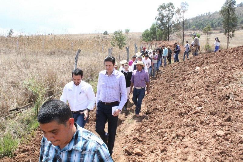 Martínez Alcázar destacó la limpieza del canal de la zona de 2 kilómetros, la limpieza de un kilómetro de vallado, en beneficio de 17 productores y 64 hectáreas de cultivo, y en especial la limpieza y desasolve en 200 metros de zanja de conducción de aguas excedentes