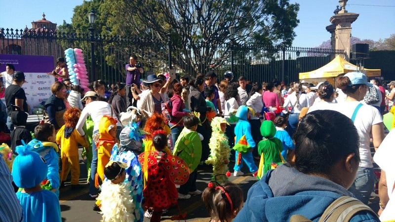 Desde muy temprana hora miles de personas, entre niños disfrazados de su mascota favorita, educadoras y padres de familia, abarrotaron poco a poco la Plaza de Villalongín, para arrancar con la caravana que estuvo llena de globos, confeti, bailes y mucha alegría