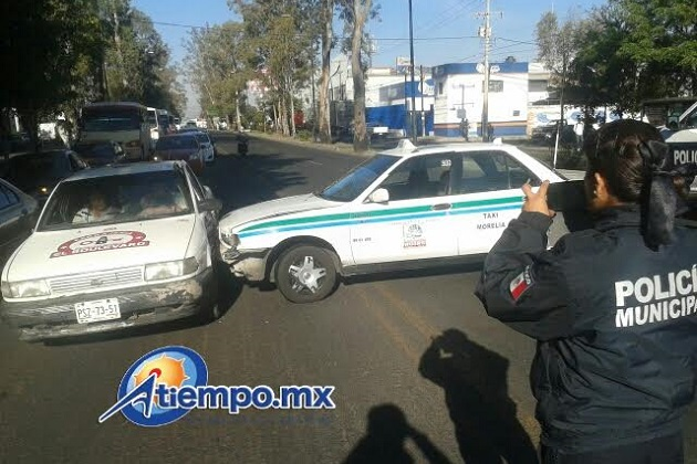 En la imagen se observa a un taxi pirata impactado por otro que aparentemente intentó dar una vuelta prohibida (FOTO: FRANCISCO ALBERTO SOTOMAYOR)